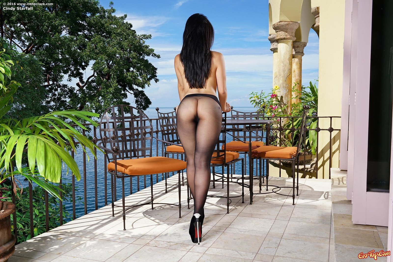 Азиатка в колготках показывает киску на балкончике