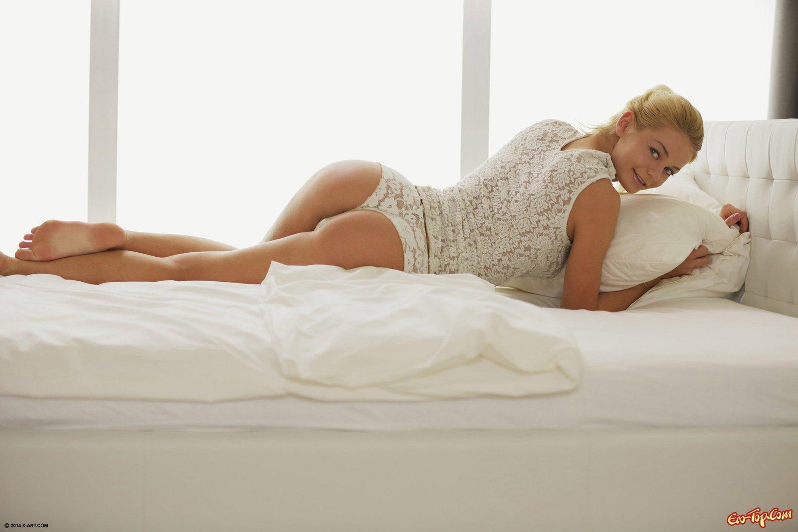 Голая блондинка с бритой киской в постели