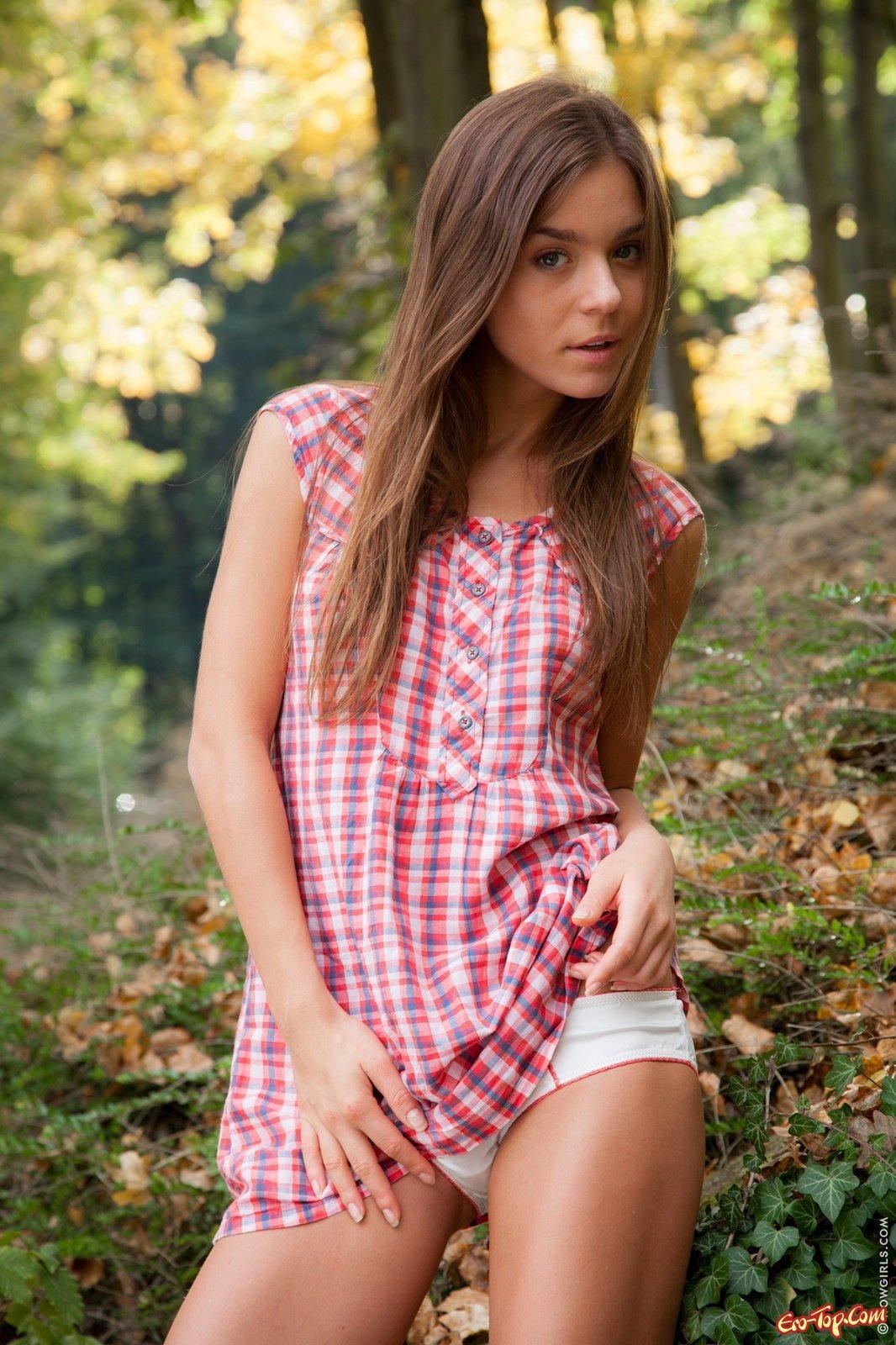 Привлекательная Совершеннолетняя девица