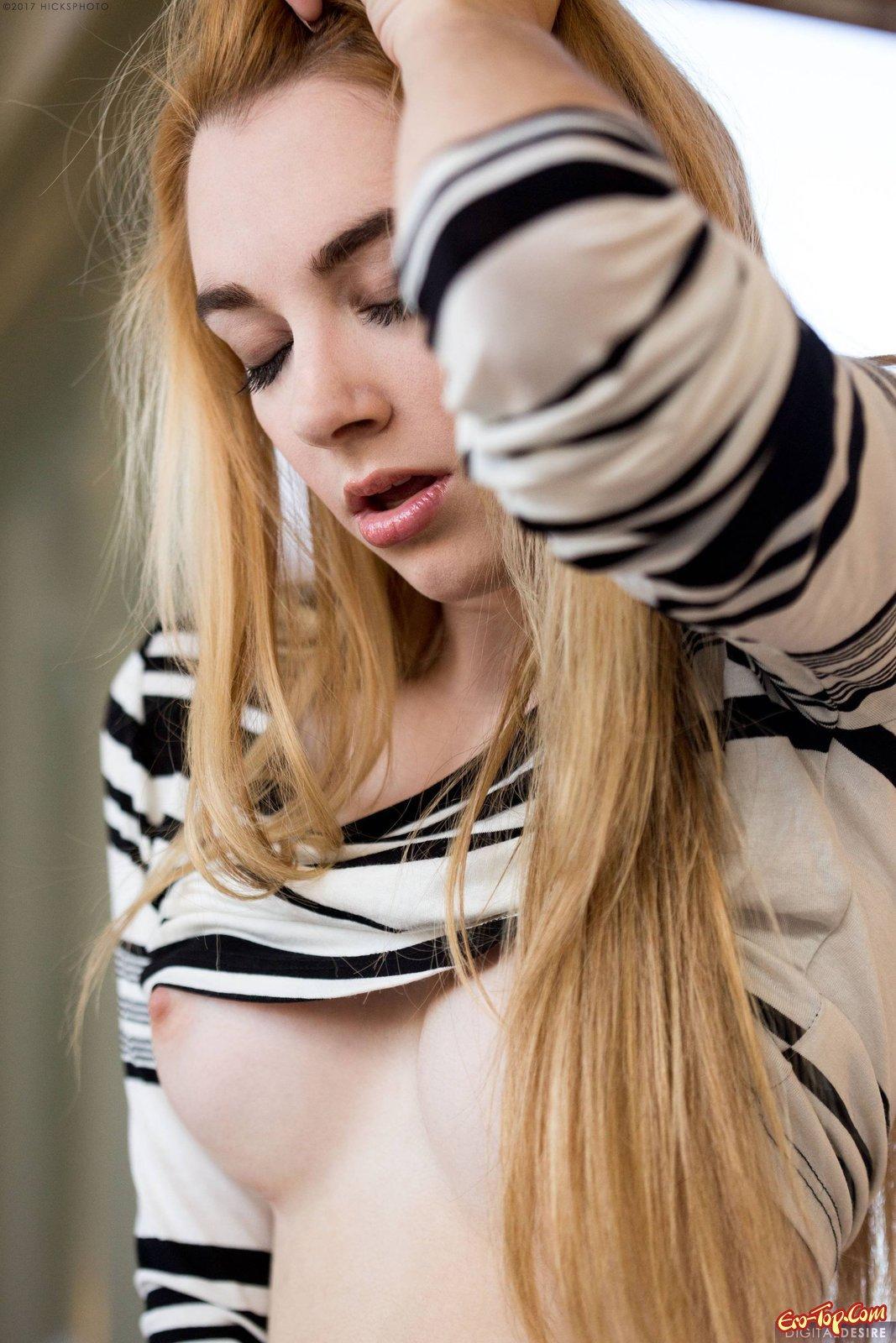 Блондинка демонстрирует попку рядом с домом