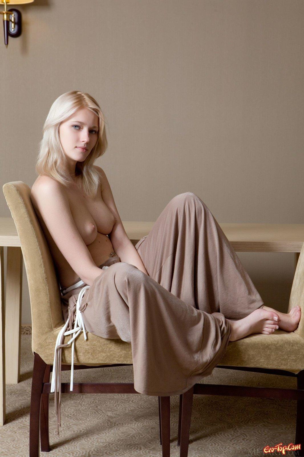 Модель со свелыми волосами демонстрирует киску в своей квартире секс фото