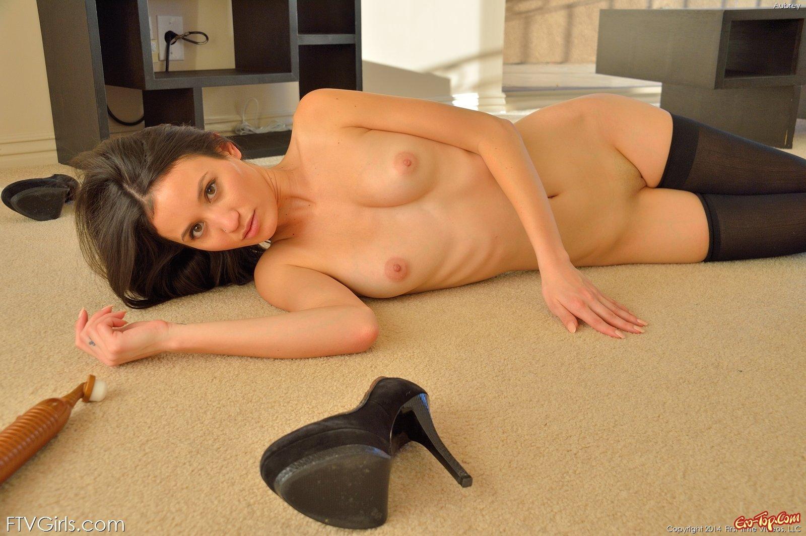 Проститутка в чулках выставила напоказ пилотку лежа на полу