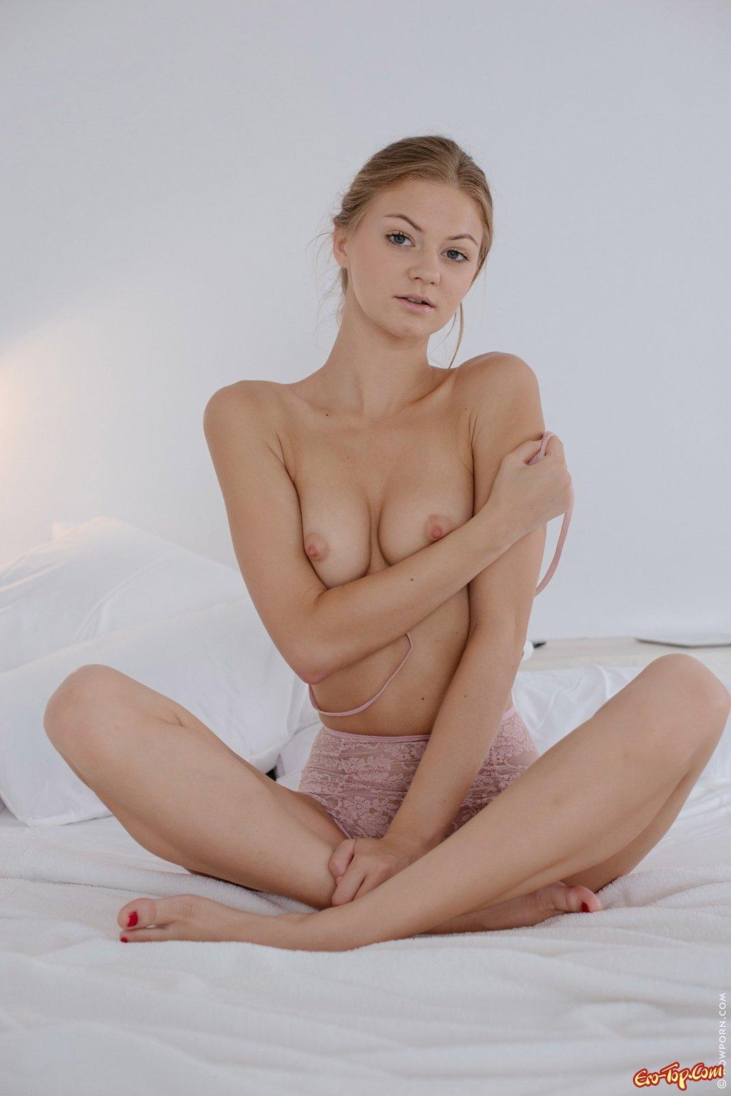 Светлая порноактриса сняла бикини засветив пизду в постели