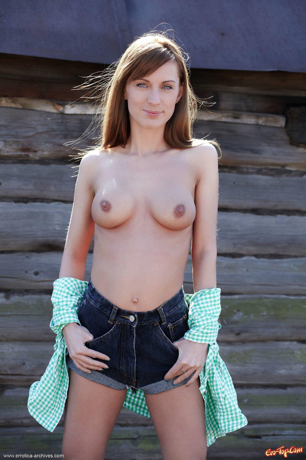 Девушка сняла шорты показав киску в деревне