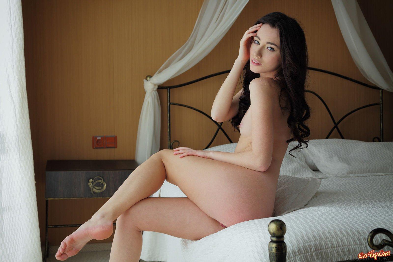 Брюнеточка оголяет жопу и пизду в постели