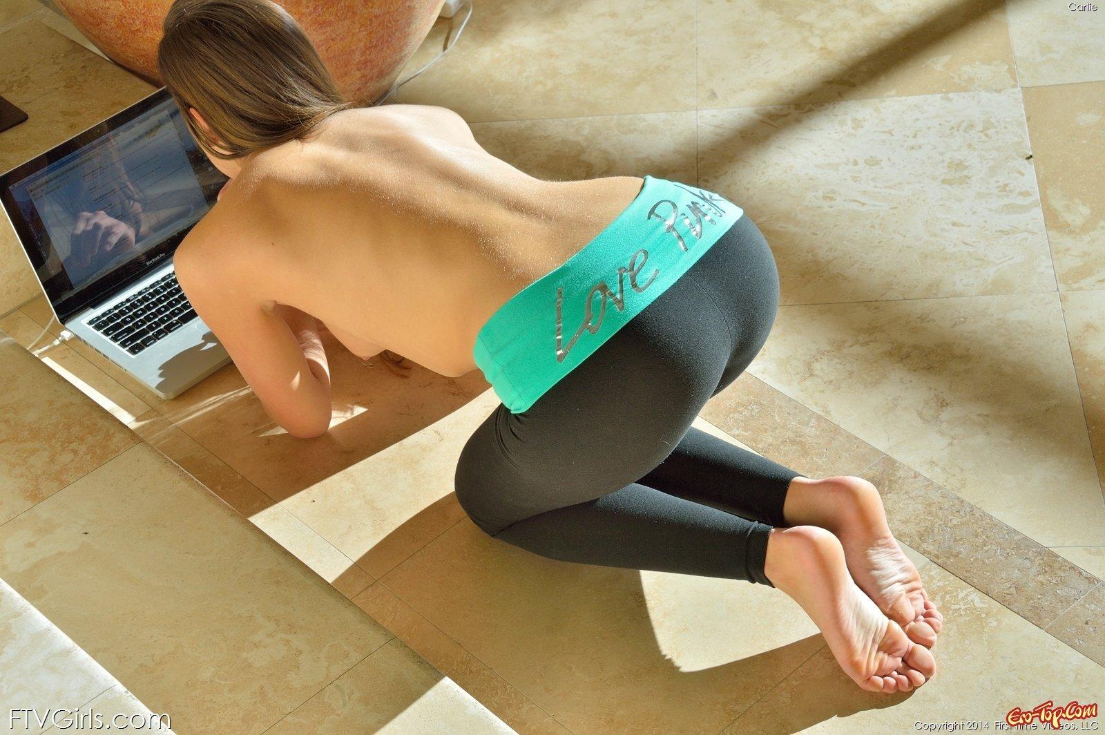 Любительница йоги проникает рукой в киску и анал