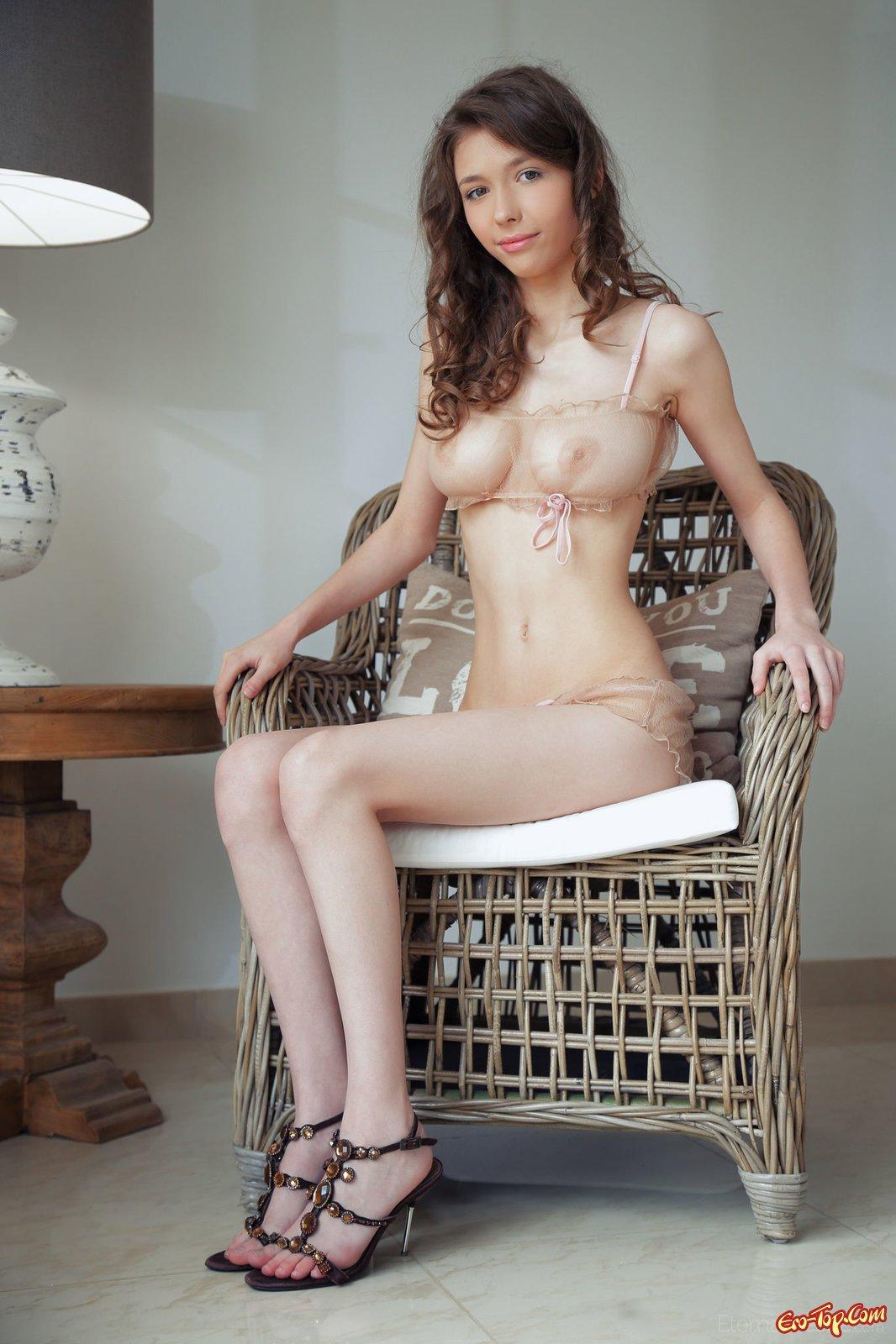Худощавая барышня с крупной грудью снимается в кресле