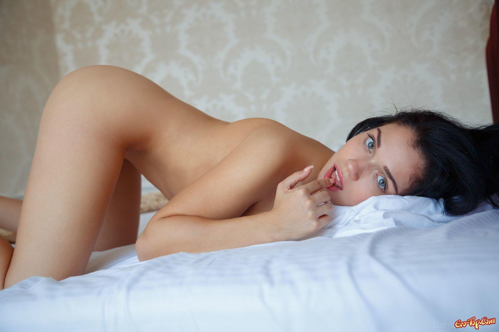 Сексуальная девушка позирует голой в постели