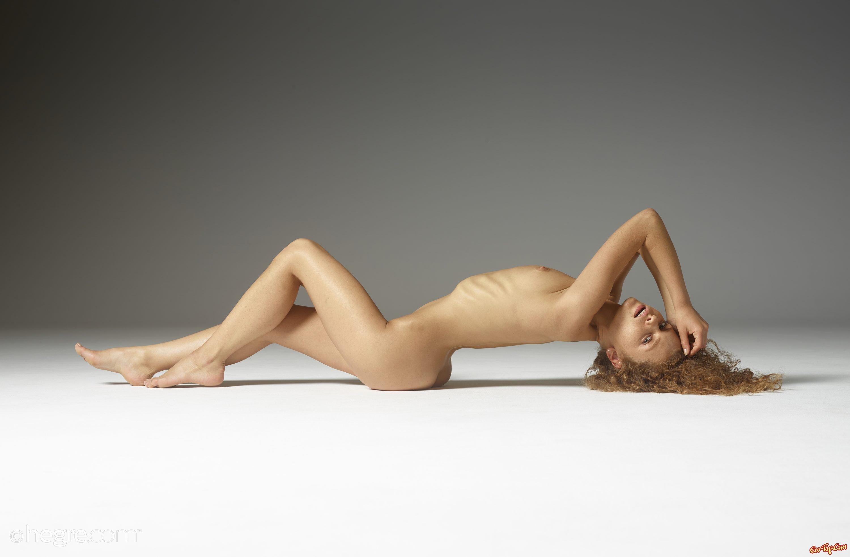 Сексуальная рыжая девушка позирует голой на полу