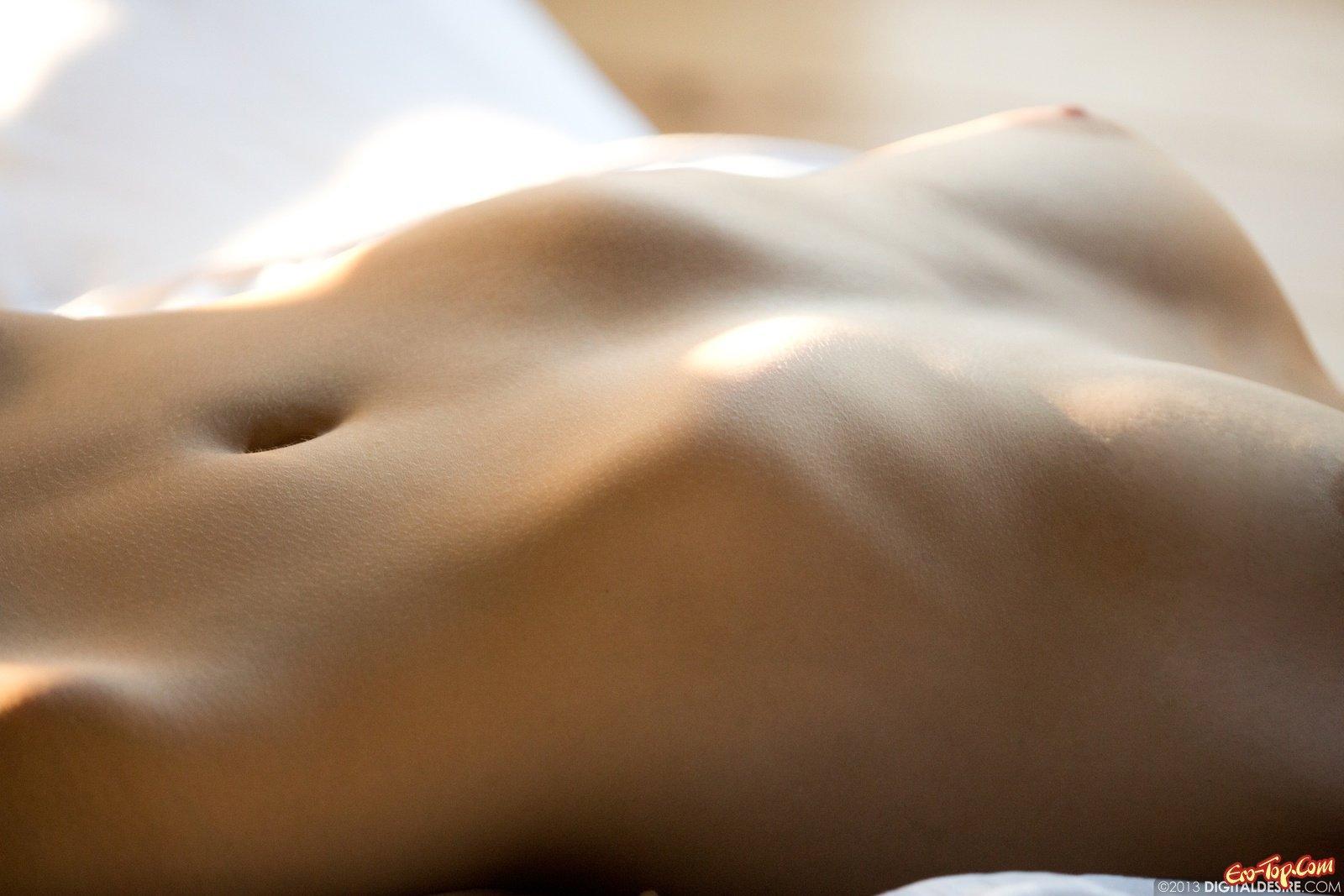 Красотка показывает свою заросшую киску в спальне