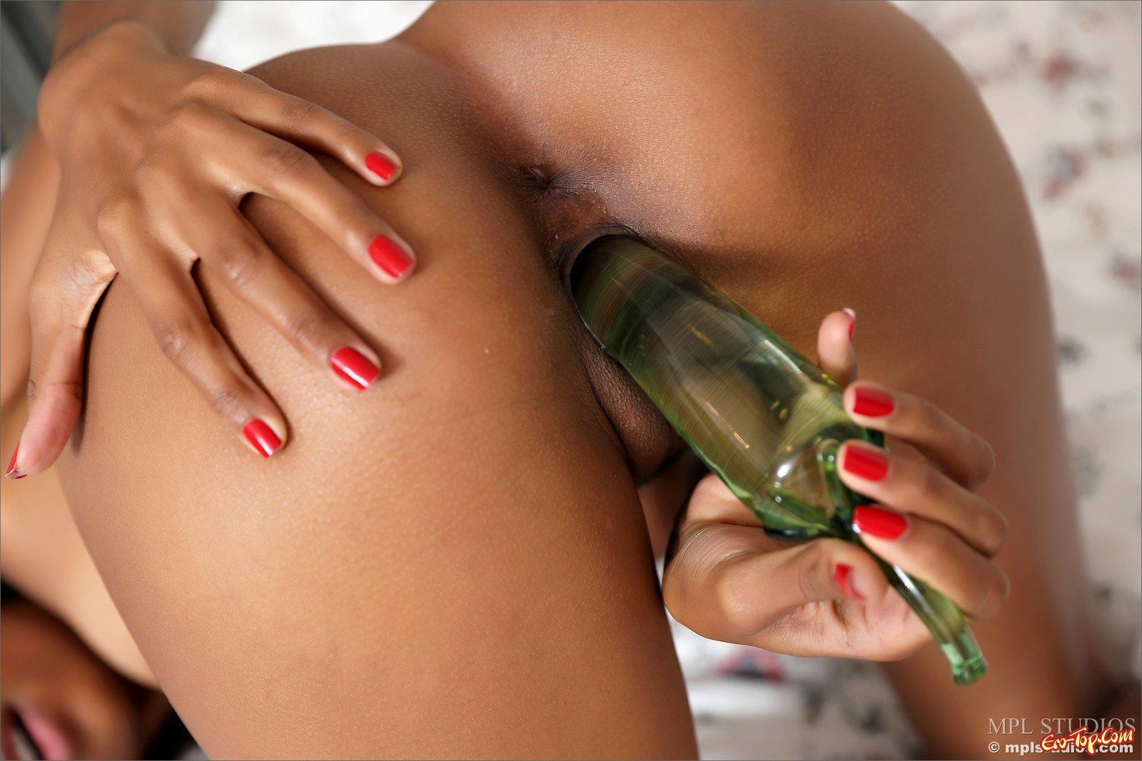Негритянка мастурбирует фаллоимитатором на кроватке