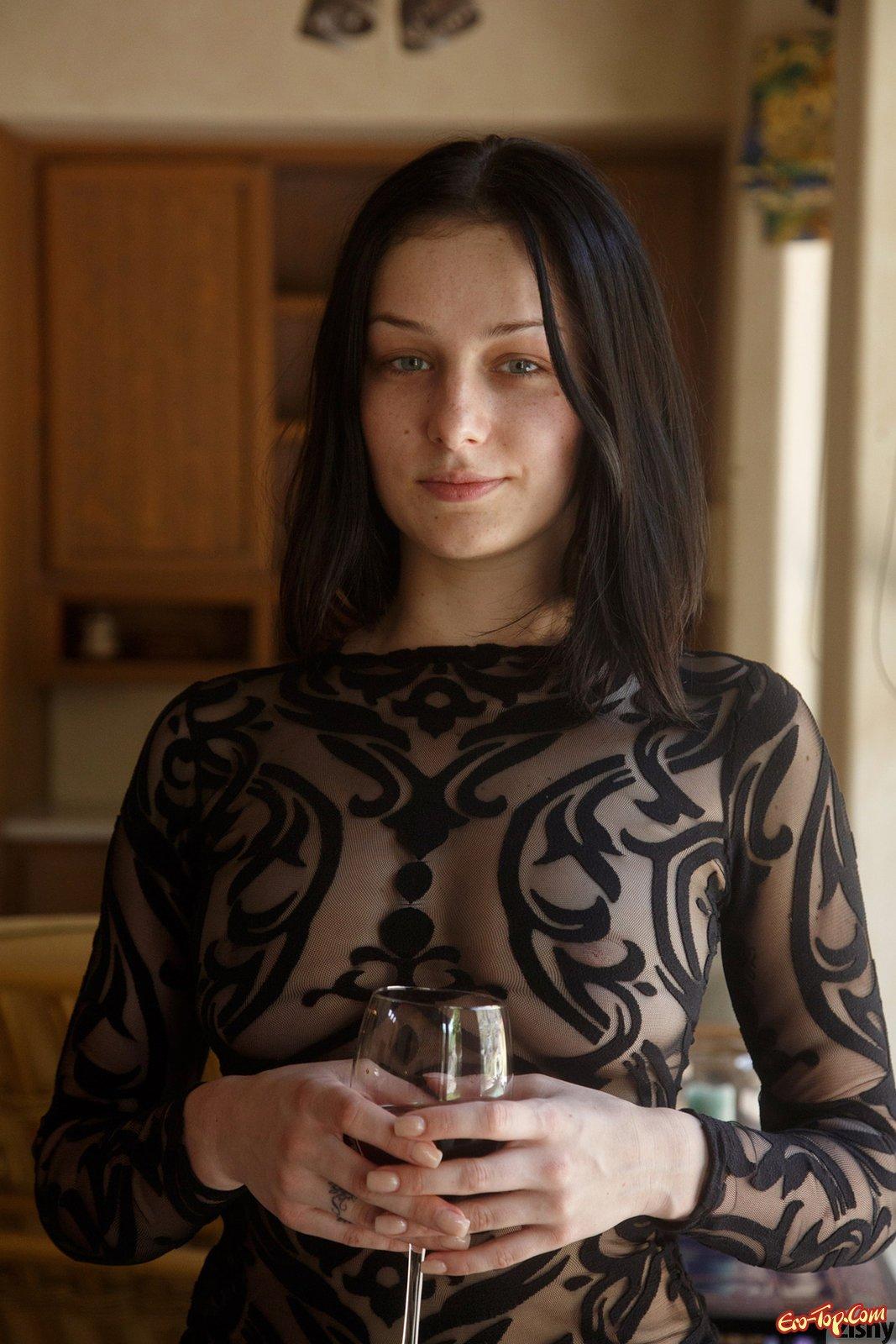Сексуальная брюнеточка демонстрирует прелести у себя дома