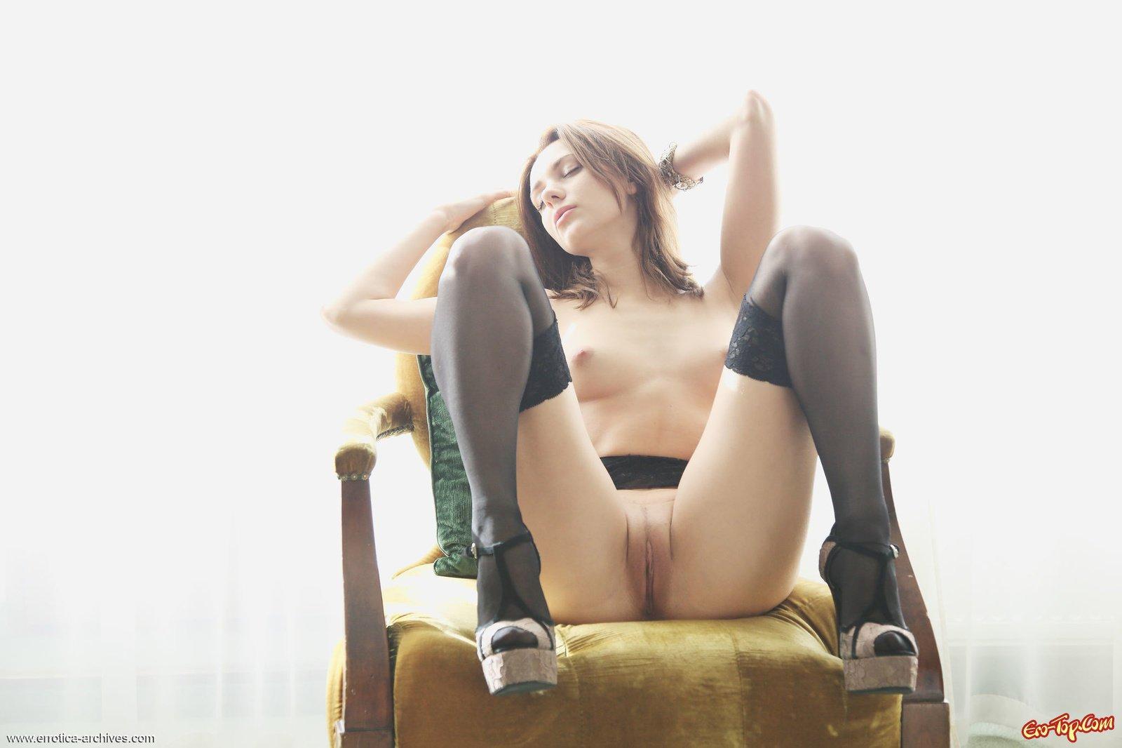 Эротичная мамка светит гладкой писей на стуле