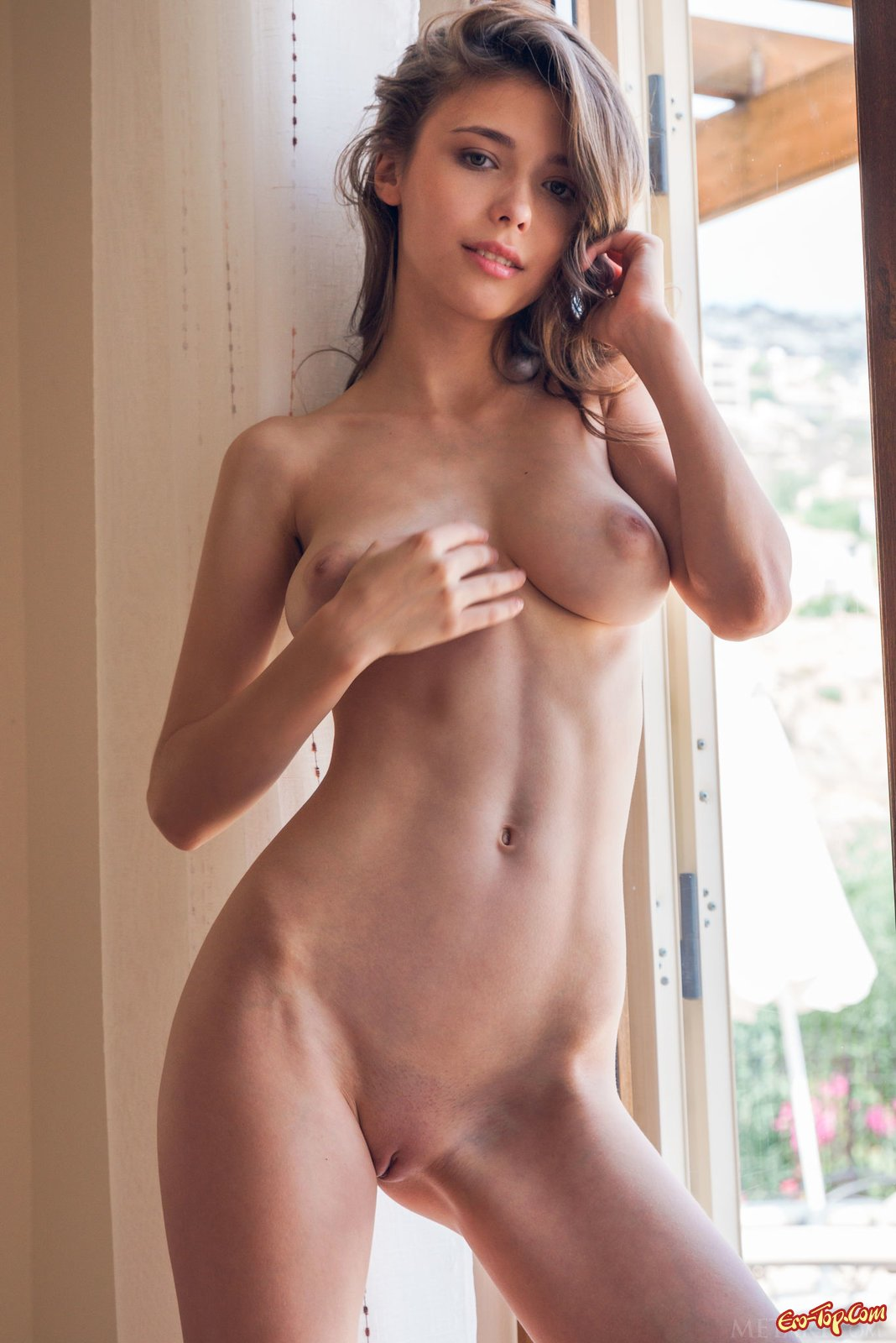 Девушка сняла нижнее белье показав большую грудь