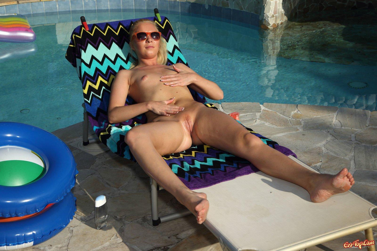 Светлая порноактриса засветила вагину недалеко от бассейна