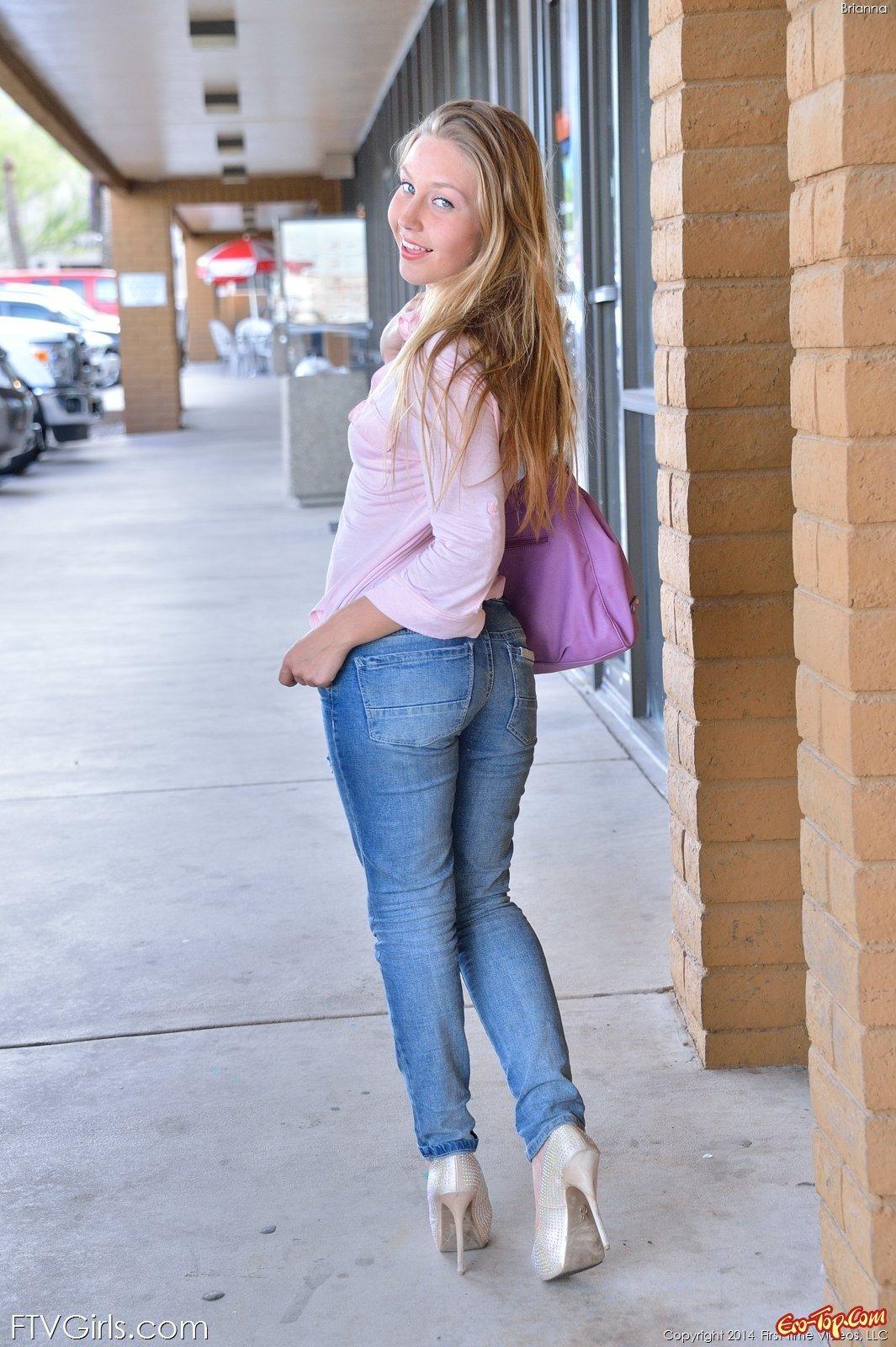 Деваха выставила напоказ писю сняв джинсы у дороги
