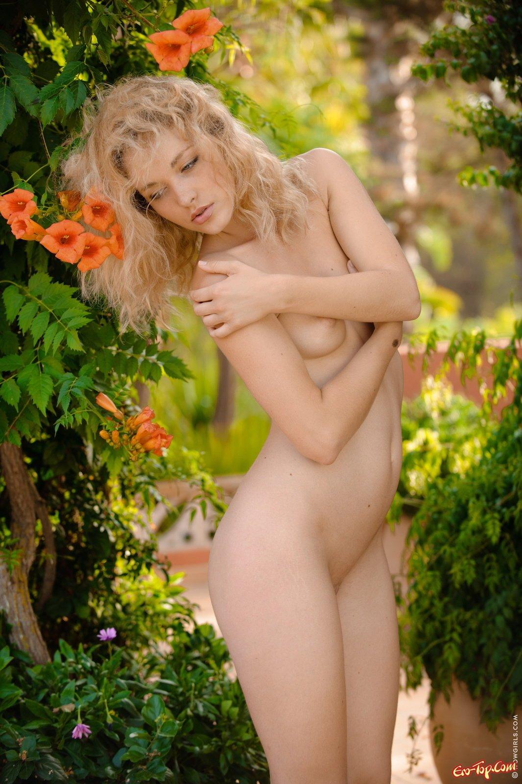 Блондинка оголяется показывая письку в саду