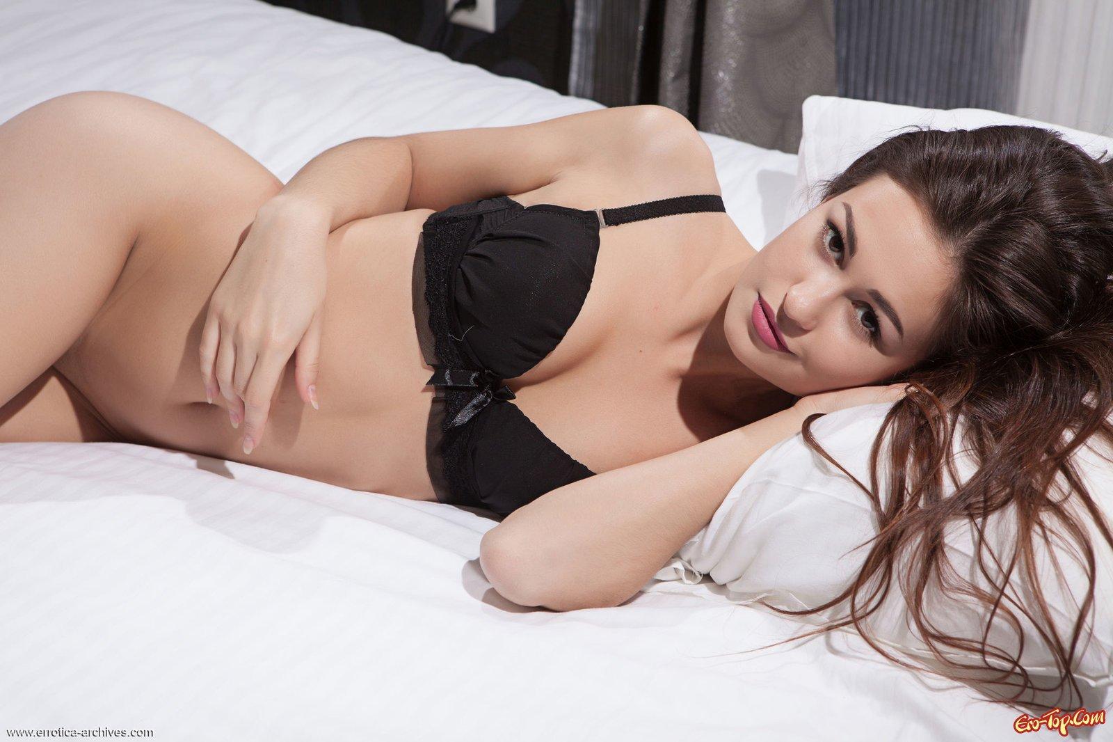 Милашка с гладкой кожей сняла лифчик до гола в койке секс фото