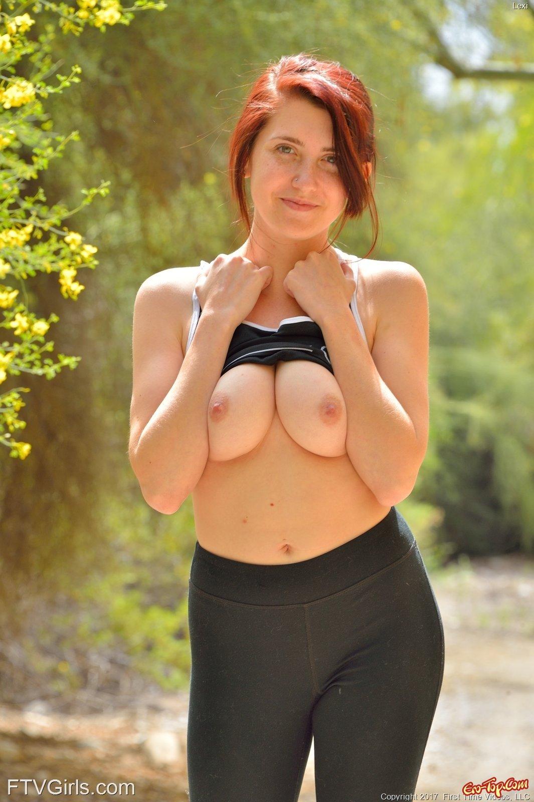 Тёлка хочет фоткать свою натуральную грудь