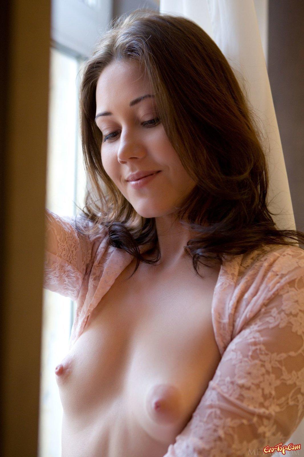 Красоточка светит лохматой киской в душе кабинке смотреть эротику