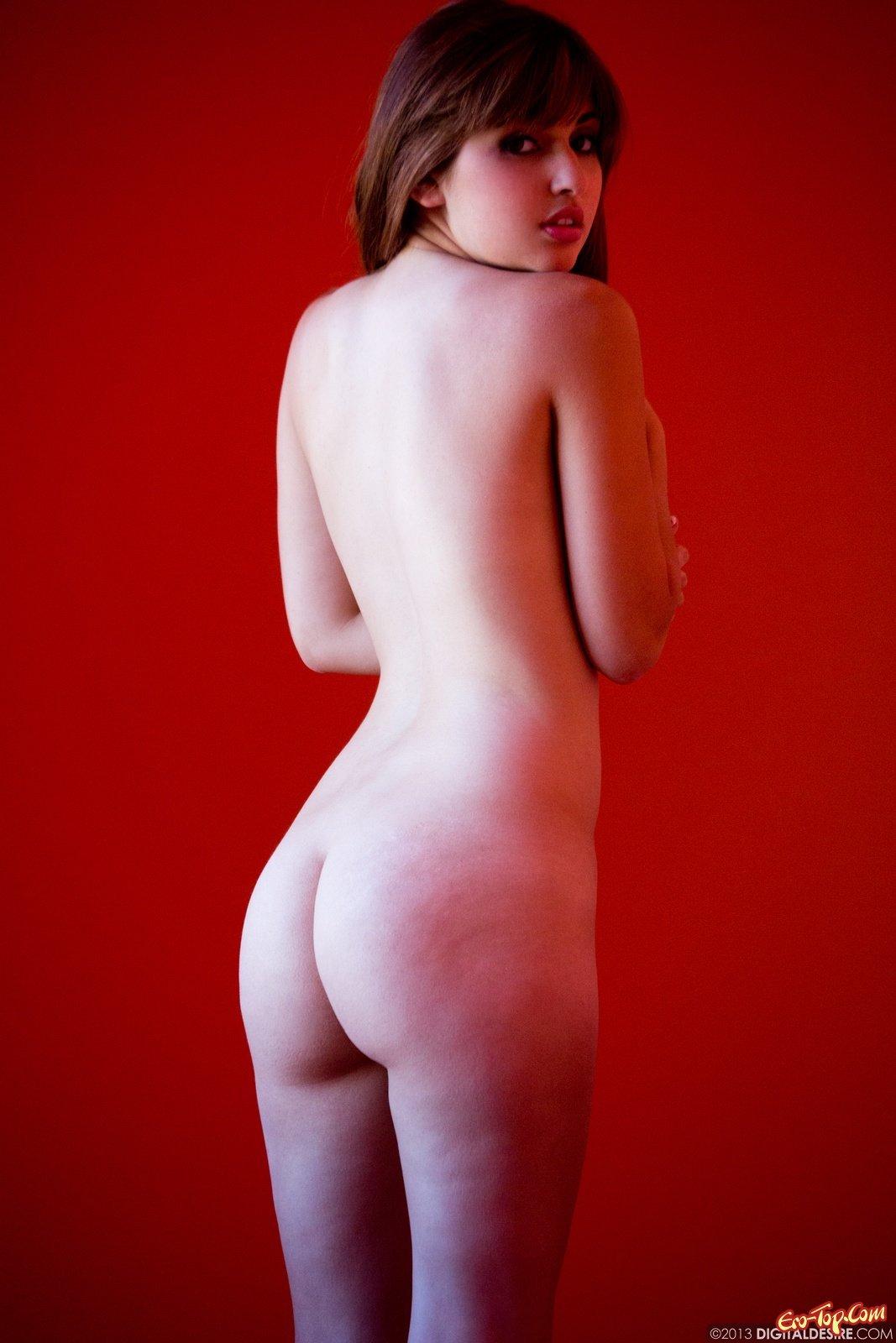 Эффектная дамочка с натуральной грудью