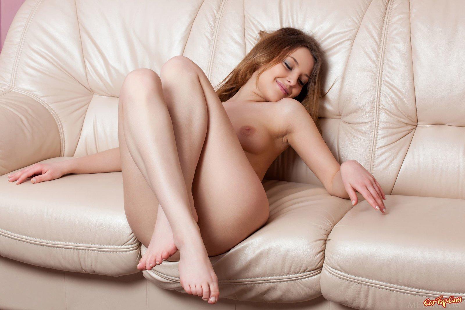 Сексуальная девушка показывает себя голой