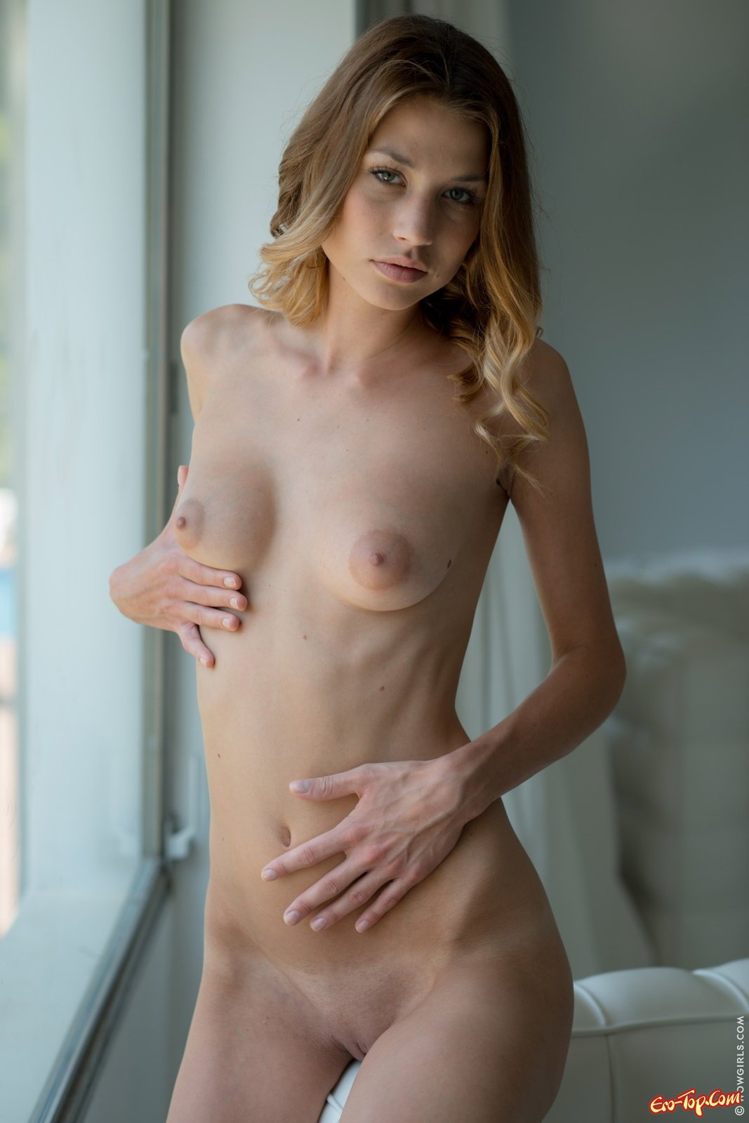 Худощавая девушка засветила  натуральную грудь