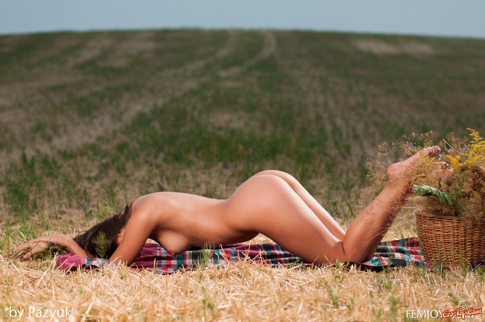 Загорелая мадам стаскивает нижнее белье до гола в поле