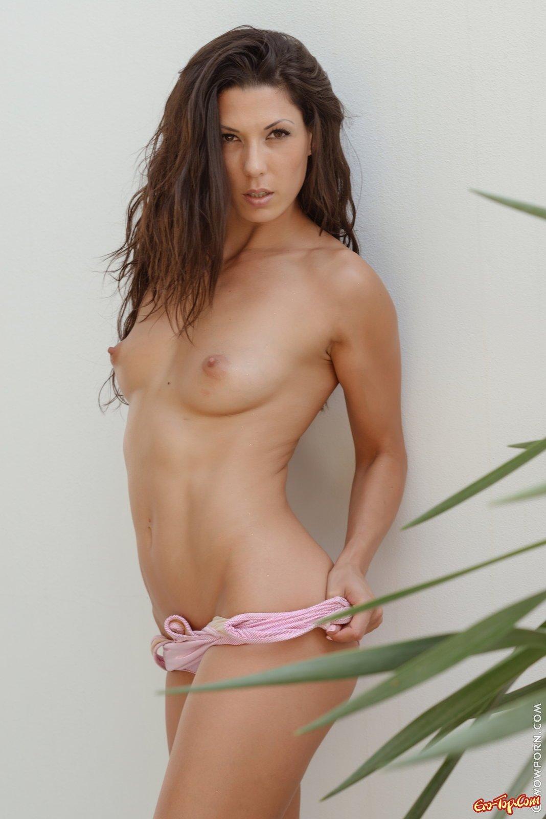 Соблазнительная девка стягивает розовый купальник
