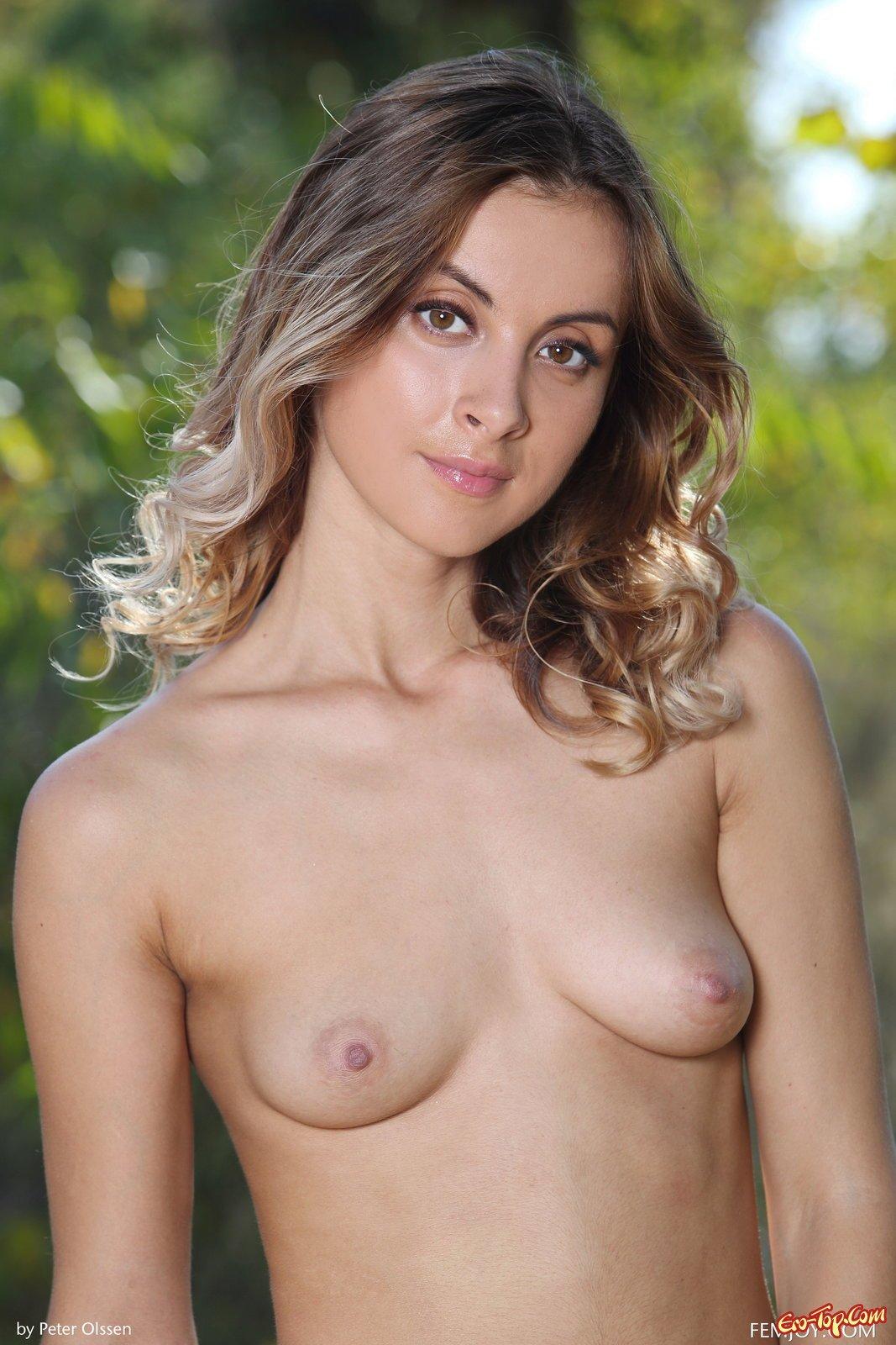 Девушка засветила упругую попку и грудь в лесу