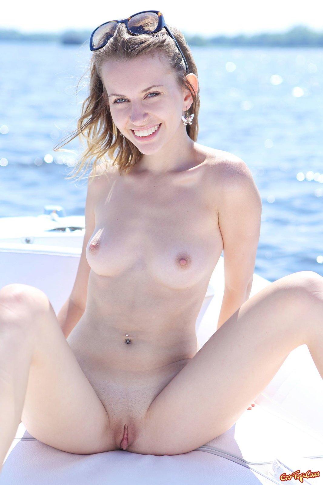 Голая девушка в надувной лодке