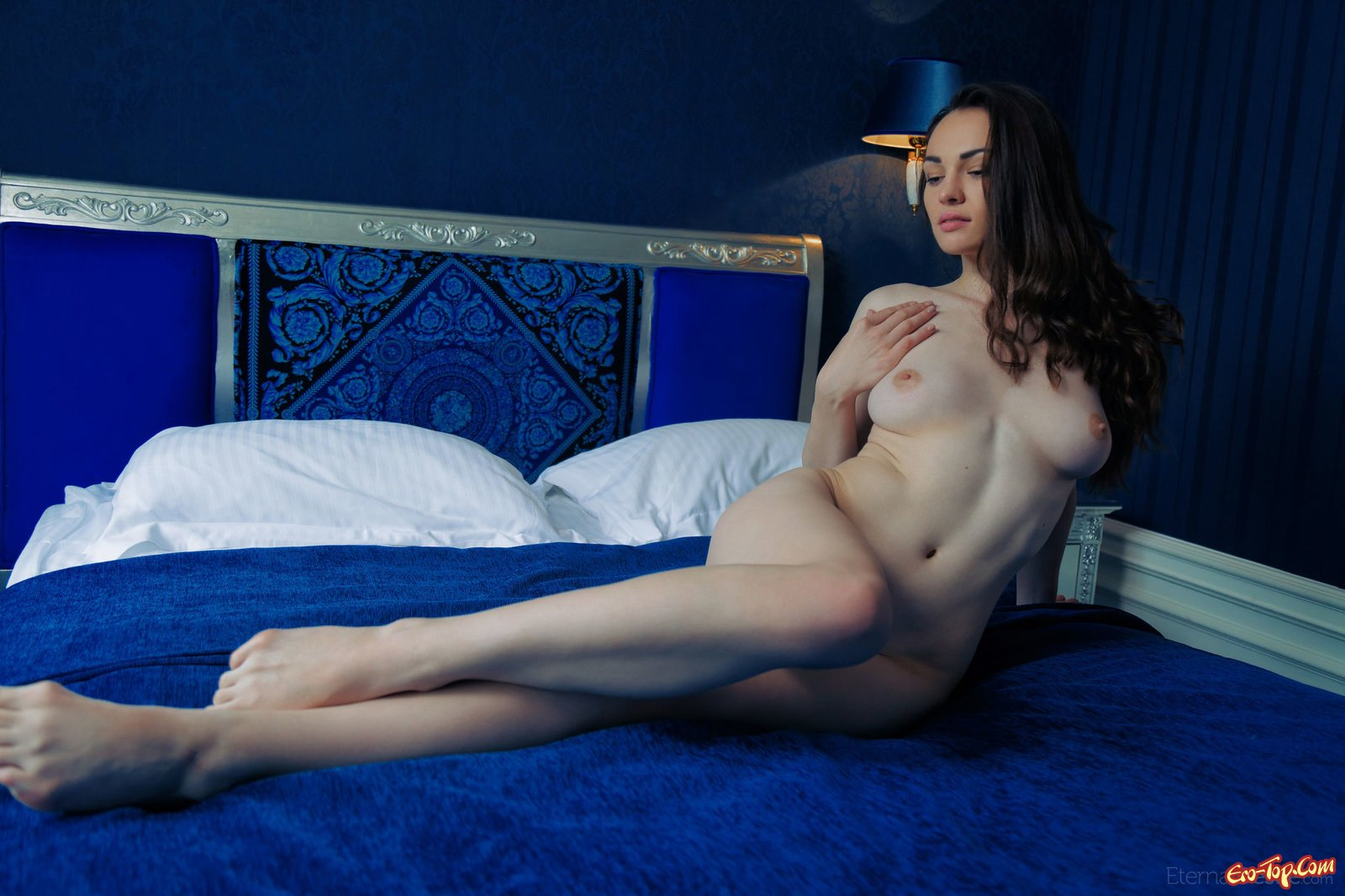 Симпатяга в красивом белье оголяется в кровати