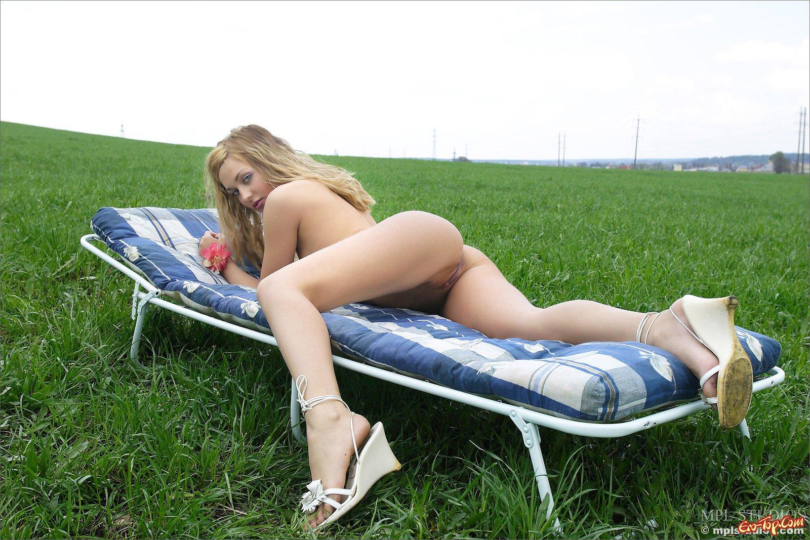 Деваха оголилась до гола на раскладушке в поле