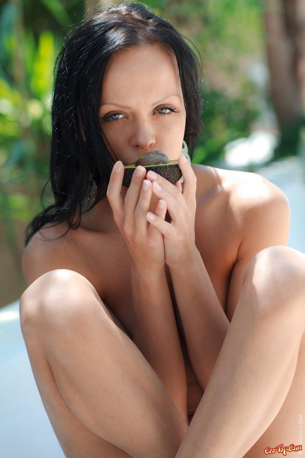 Ухоженная милашка обнажила соблазнительное тело секс фото