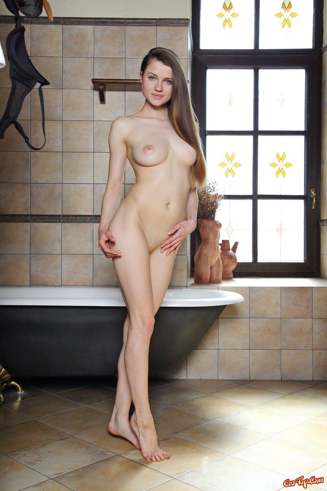 Милашка обнажает грудь в помывочной
