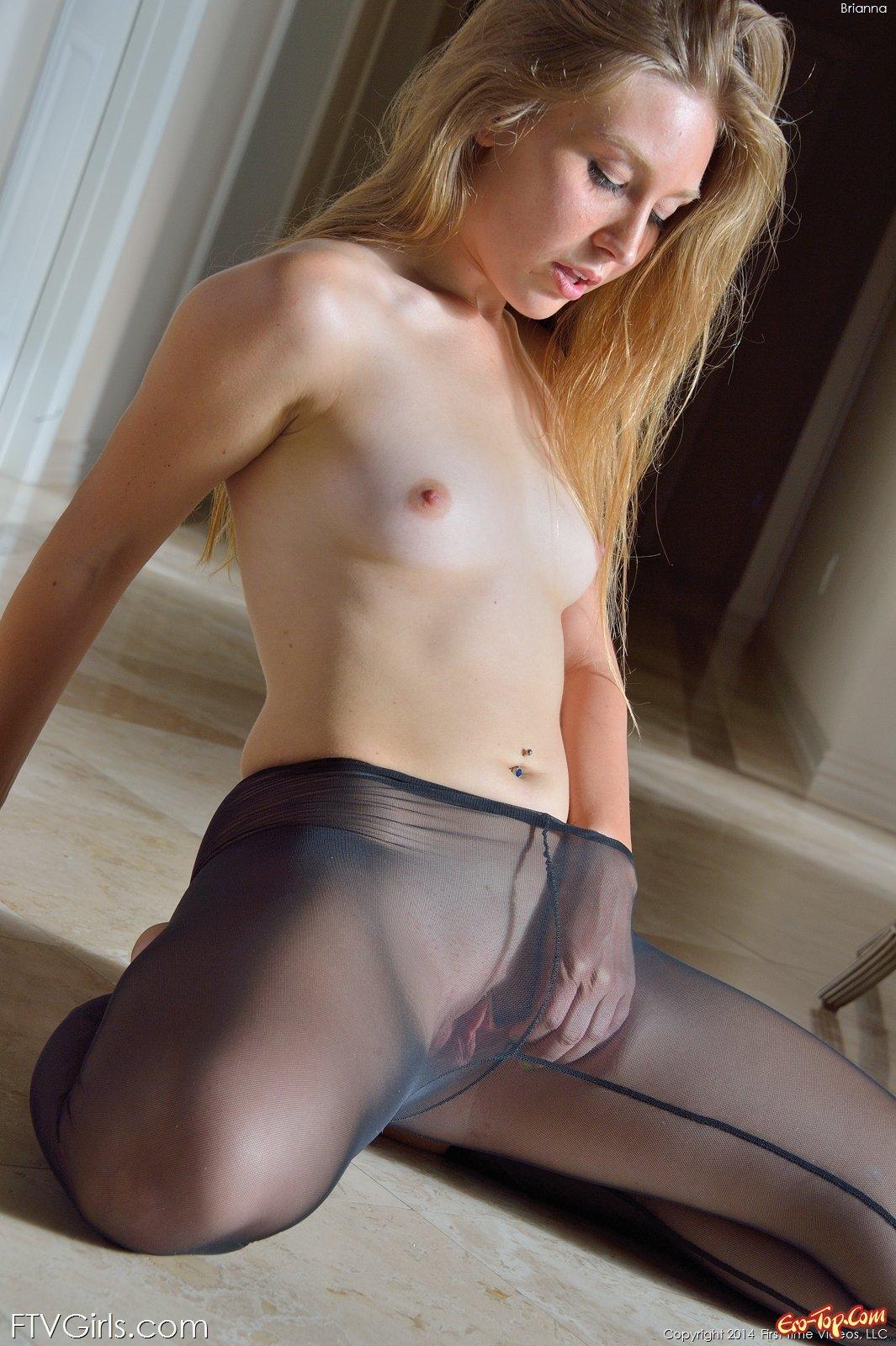 Возбужденная  девушка демонстрирует голую киску