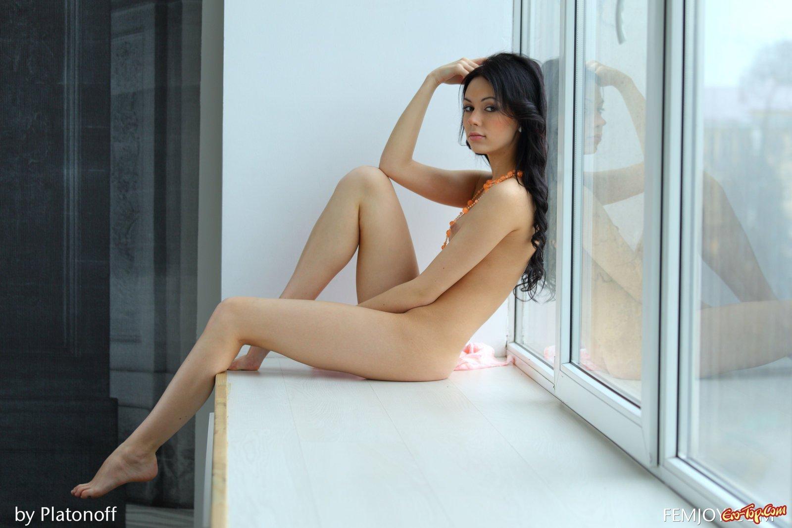 Брюнеточка начала светить голое тело у окна
