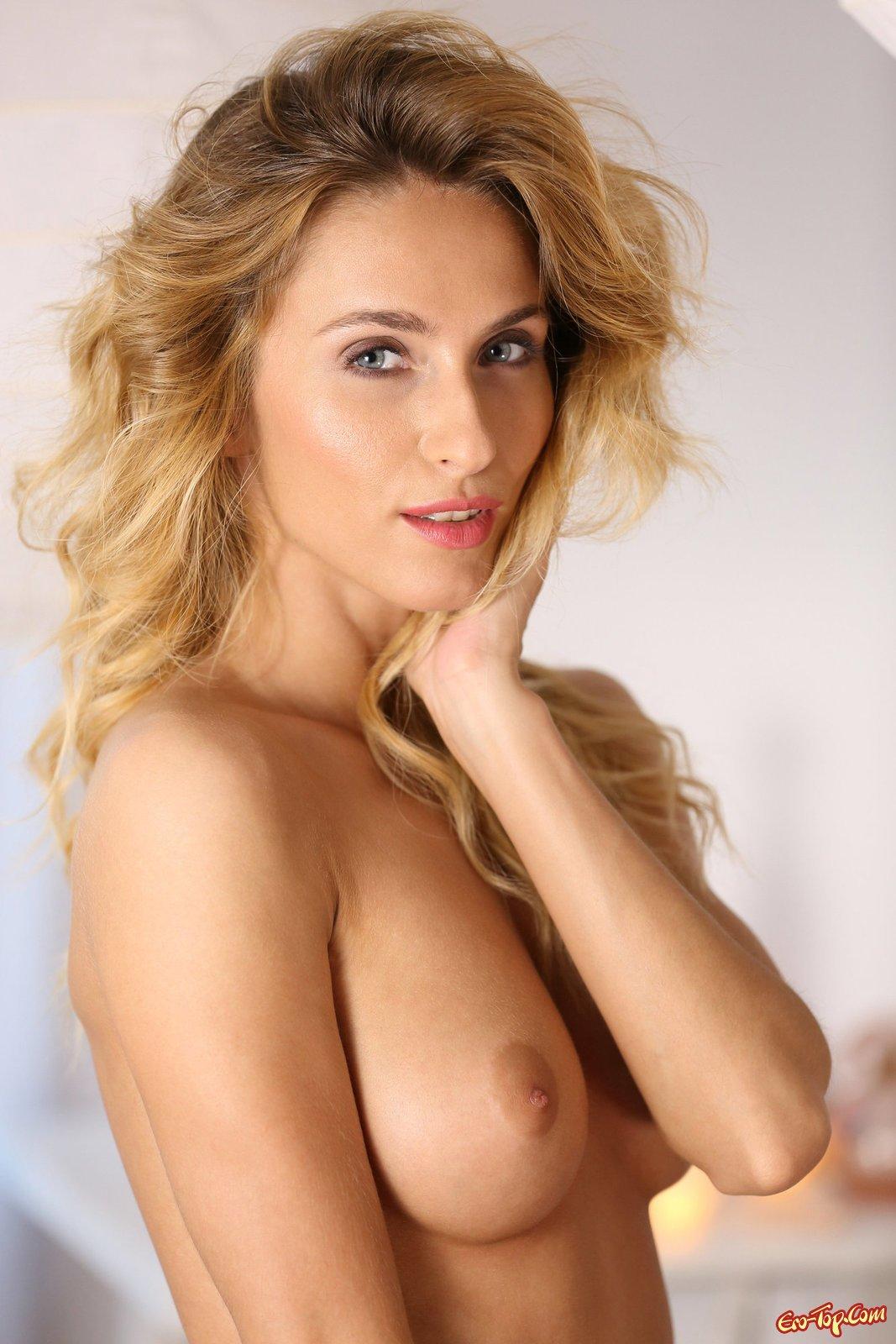 Секси дамочка светит натуральной грудью на кровати