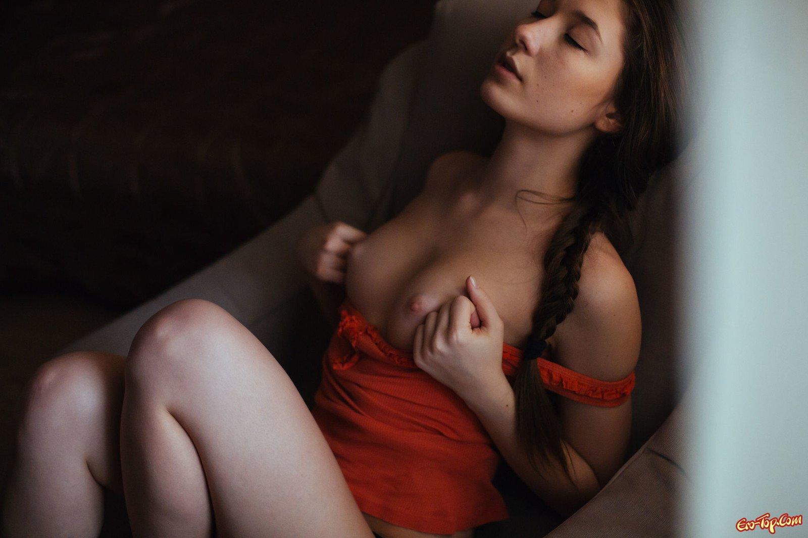 Симпатяга трогает грудь и киску сидя в кресле