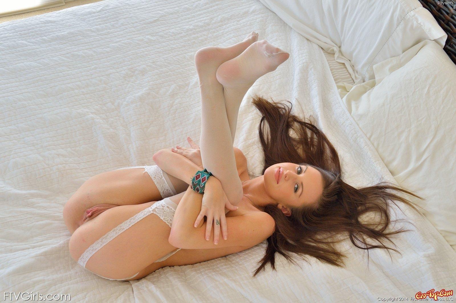 Деваха в светлых чулочках снимается в постеле