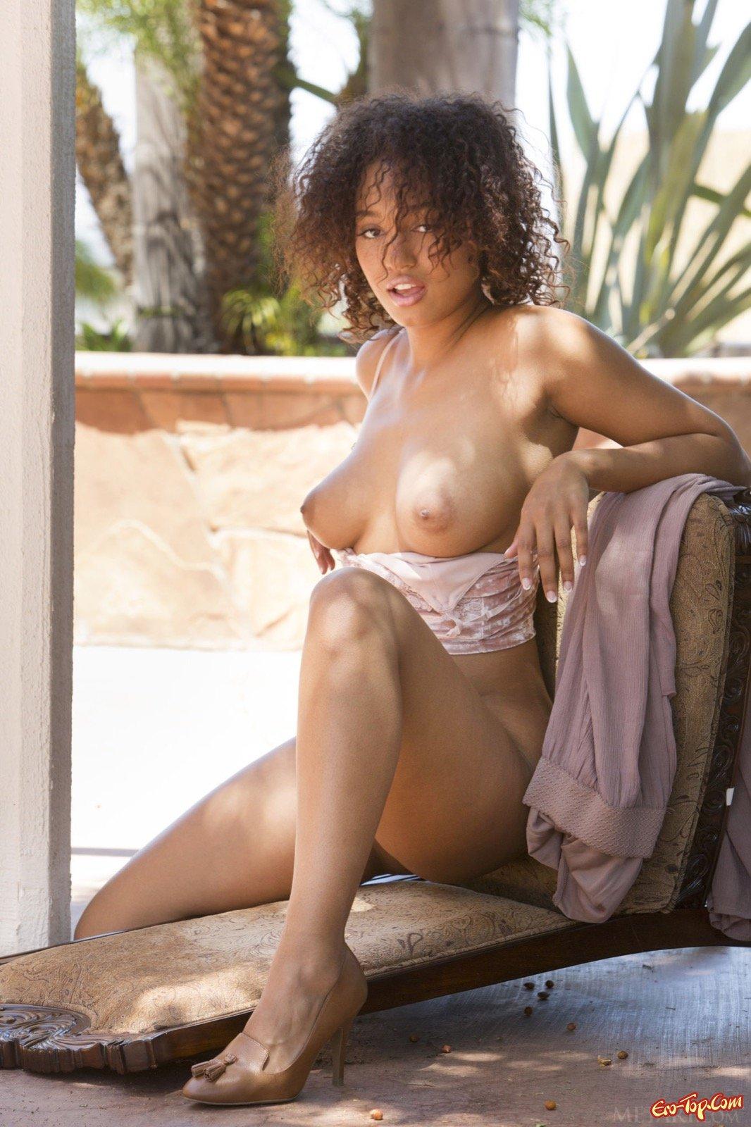 Негритянка разделась показав натуральную грудь