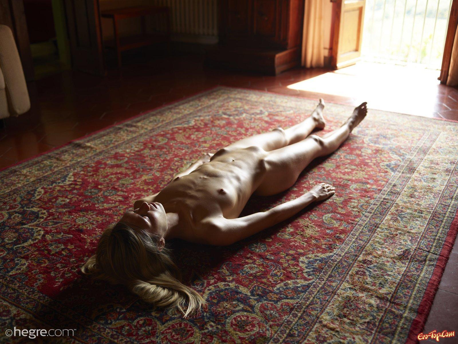 Обнаженная светловолосая девушка на фоне старого ковра секс фото