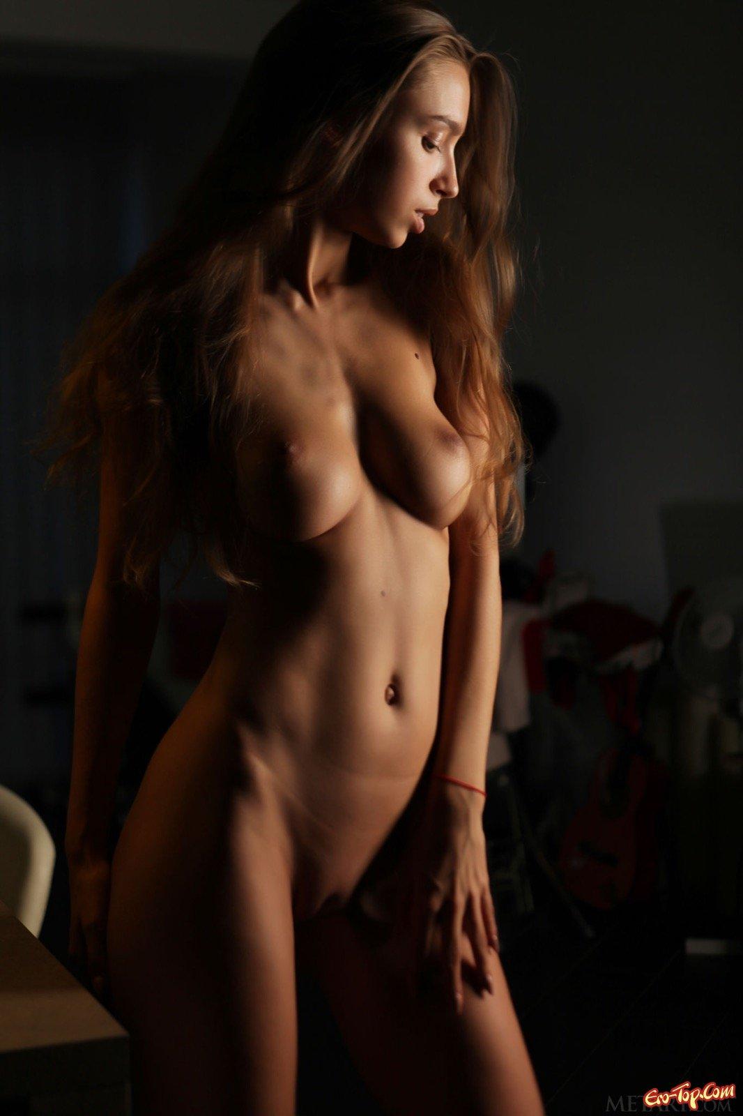 Загорелая стройняшка с натуральной грудью