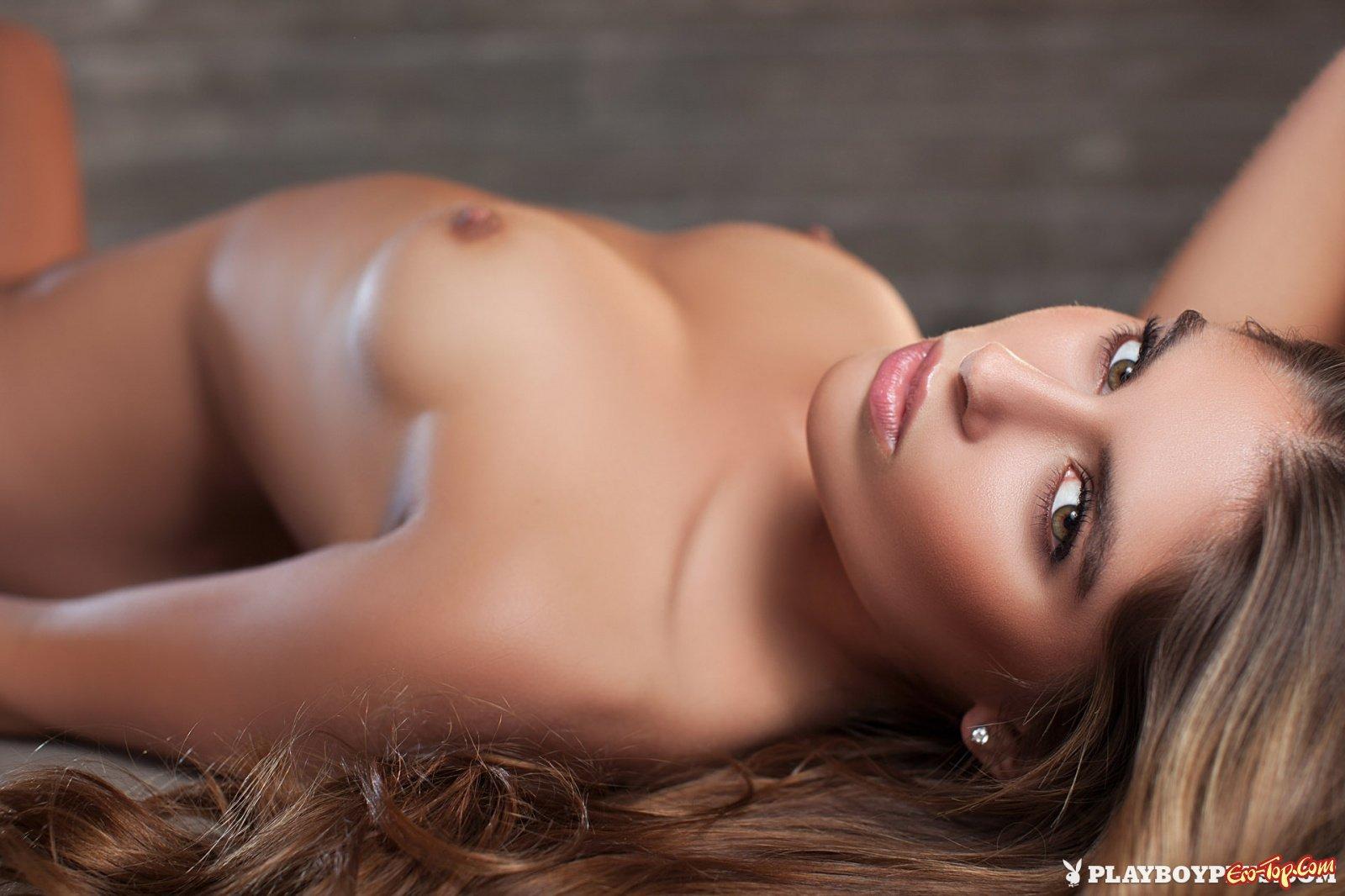 Обнажённая девушка с упругим телом