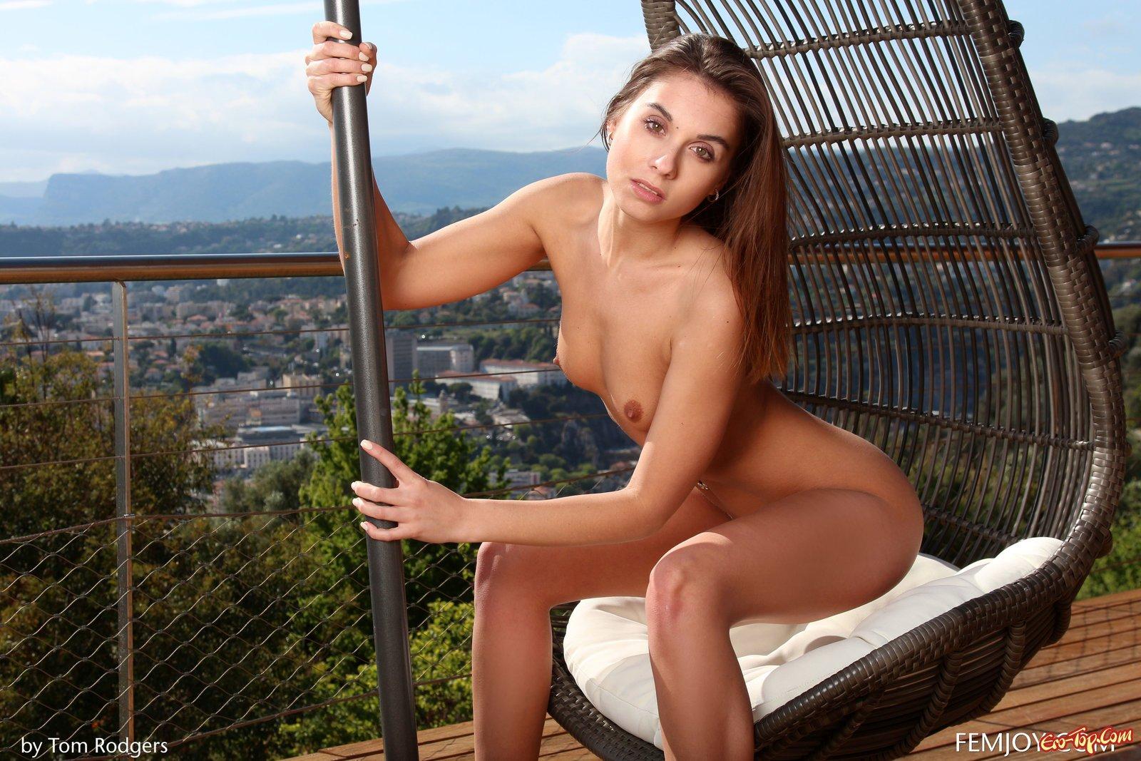 Спортивная красоточка снимает лифчик на балконе