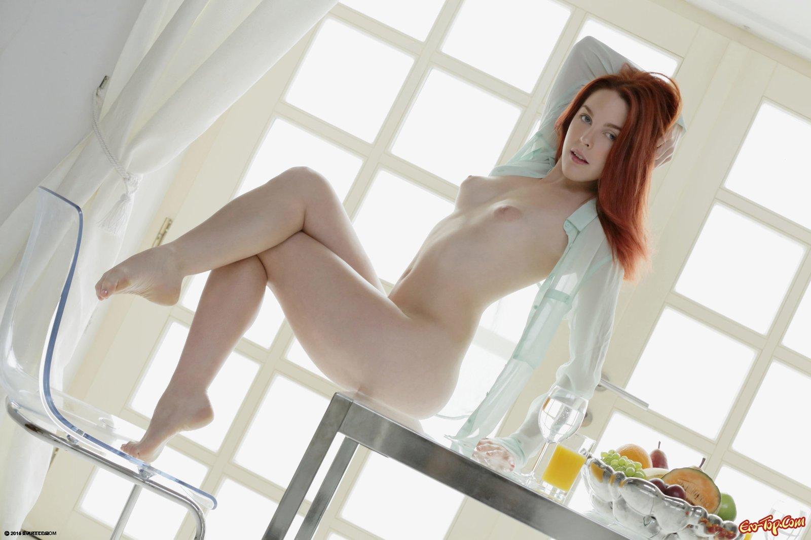 Девка бахвалится обнаженным туловищем за обеденным столом