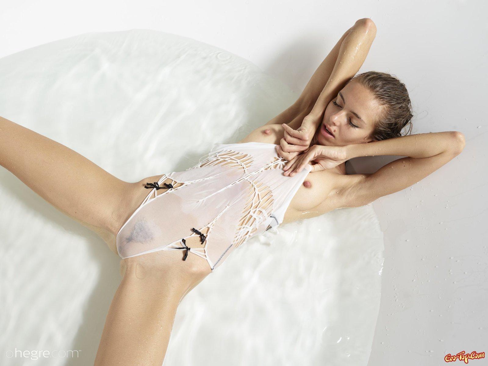 Худышка с плоской грудью нежится в ванной