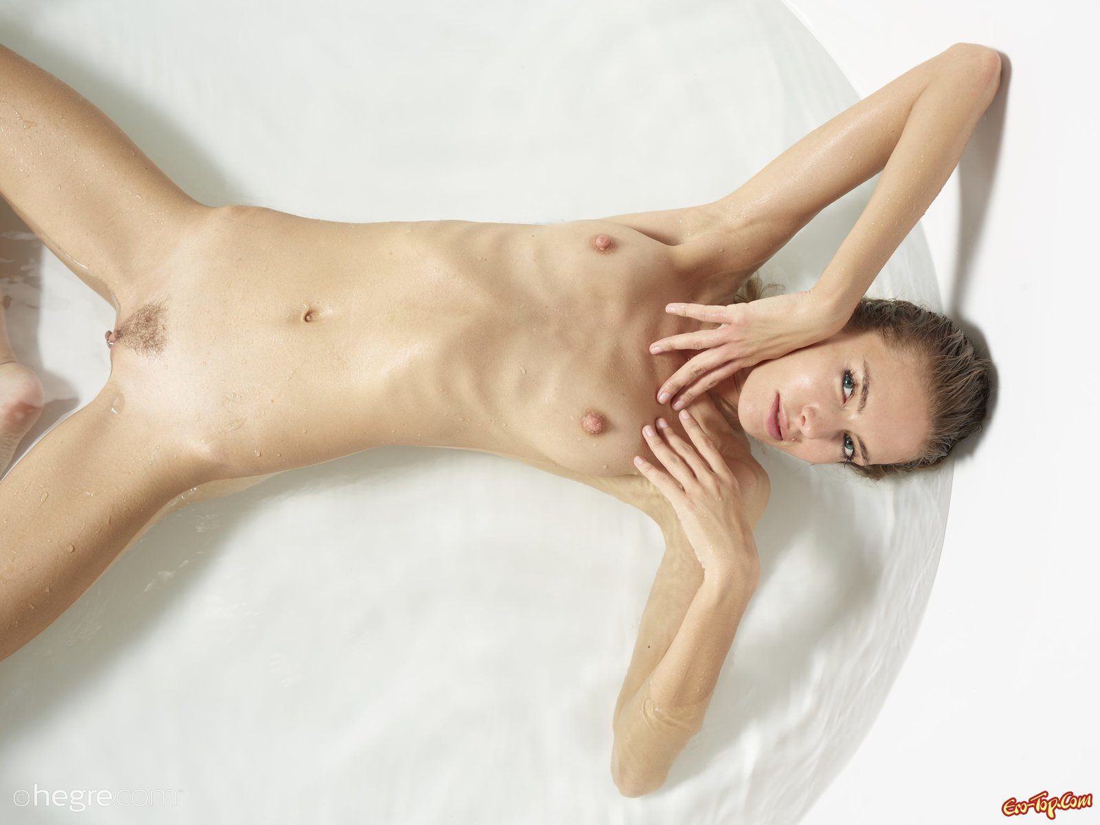 Худышка с плоской грудью нежится под душем
