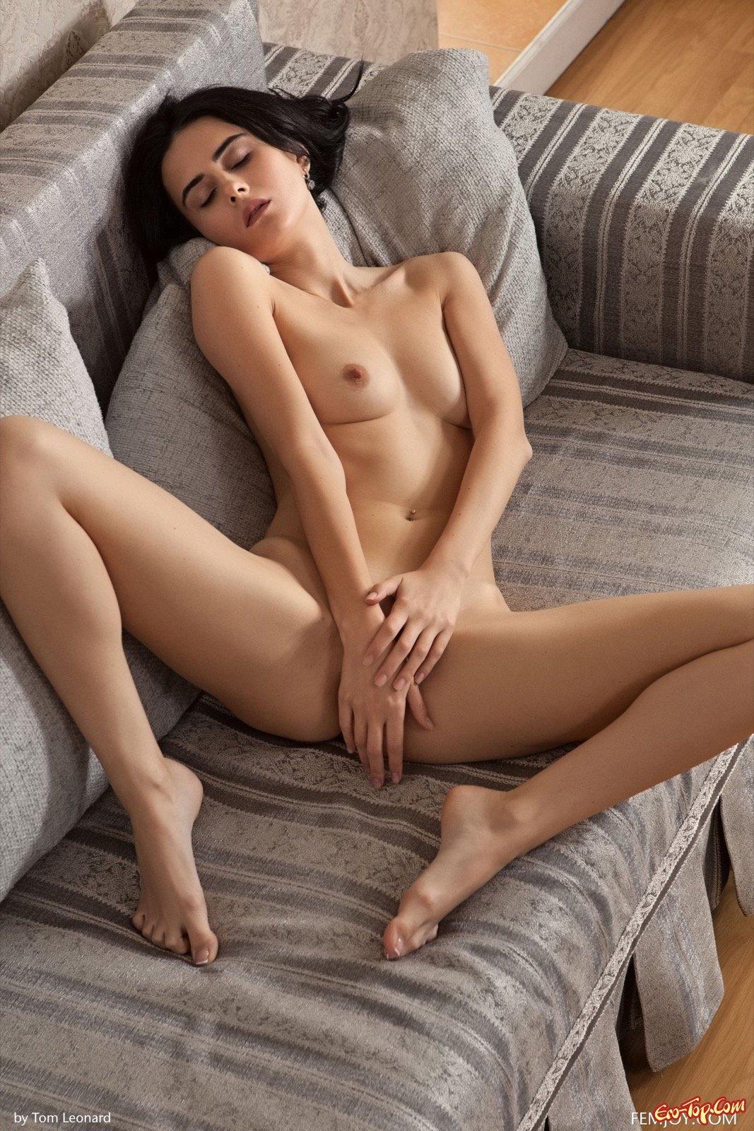 Роскошная раздетая шатенка обнажила себя на диване