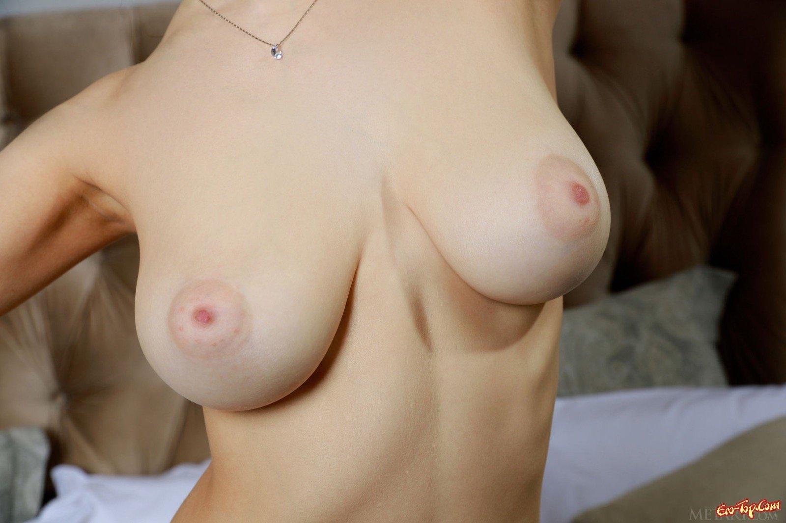 Хорошенькая девка с гигантскими губками обнажилась в лежанке